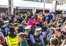 Leute demonstrieren gegen die Feier des 25. Tages des Deutschen Stockfotografie