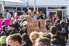 Leute demonstrieren gegen die Feier des 25. Tages des Deutschen Stockfoto
