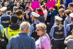 Leute demonstrieren gegen die Feier des 25. Tages des Deutschen Stockbild