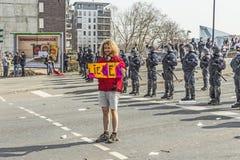 Leute demonstrieren gegen EZB und Kapitalismus Lizenzfreies Stockfoto