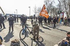 Leute demonstrieren gegen EZB und Kapitalismus Stockbild