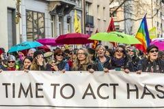 Leute demonstrieren gegen EZB und Kapitalismus Stockbilder