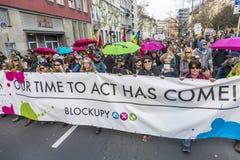 Leute demonstrieren gegen EZB und Kapitalismus lizenzfreie stockbilder
