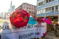 Leute demonstrieren gegen EZB und Kapitalismus Lizenzfreie Stockfotografie