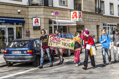 Leute demonstrieren gegen EZB und Kapitalismus in Frankfurt Stockbilder