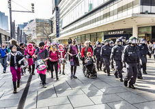 Leute demonstrieren gegen EZB und Kapitalismus in Frankfurt Lizenzfreie Stockbilder