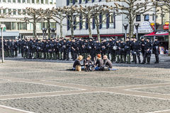Leute demonstrieren gegen EZB und Kapitalismus in Frankfurt stockfotografie