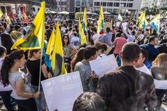 Leute demonstrieren gegen Mord und Verletzung des kurdischen peopl lizenzfreie stockfotografie