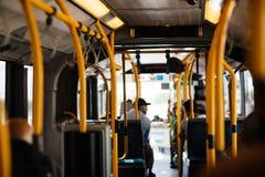 Leute in den öffentlichen Transportmitteln Stockfoto