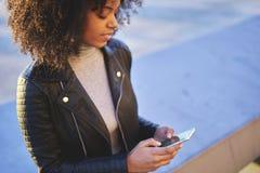 Leute an den Arbeitsdateien mit Nachfolgern über modernen Smartphone schlossen an wifi an Lizenzfreie Stockbilder