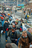 Leute an den Barrikaden in Kiew, Ukraine Stockfotografie