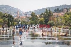 Leute in den Brunnen auf dem Hauptplatz in Nizza, Frankreich Stockbild