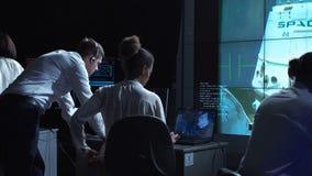 Leute an den Computern in Raumfahrtzentrum stock footage