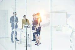 Leute an den digitalen Geräten der Arbeit und drahtlose Verbindung zum Netz Lizenzfreies Stockfoto