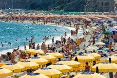 Leute in den Ferien am Strand nahe dem Meer Lizenzfreies Stockfoto