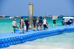 Leute an den Inselsommerzeitschnellbooten und -zelten bunt stockbild