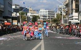 Leute in den Karnevalskostümen gehend entlang eine Straße lizenzfreie stockfotografie