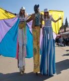 Leute in den Karnevalskostümen an der Parade von Seifenblasen Stockbild