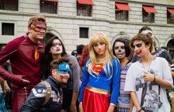 Leute in den Kostümen im Zombie-Weg Sao Paulo Lizenzfreie Stockfotos