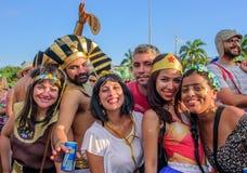 Leute in den Kostümen von Ägypten-Pharao, von Kleopatra, von Wunder-Frau und von Frida Kahlo bei Bloco Orquestra Voadora, Carnava Lizenzfreies Stockfoto