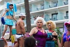 Leute in den Kost?men an der Schwulenparade in Sitges Lizenzfreies Stockbild