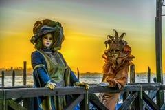 Leute in den Masken und Kostüme auf venetianischem Karneval stockbild