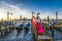 Leute in den Masken und Kostüme auf venetianischem Karneval stockfotos