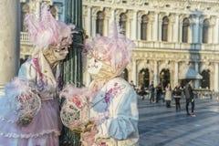 Leute in den Masken und Kostüme auf venetianischem Karnevalvenedig 06 02 2016 Lizenzfreie Stockbilder