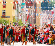Leute in den mittelalterlichen Kostümen Stockfoto