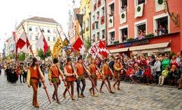 Leute in den mittelalterlichen Kostümen Stockbilder