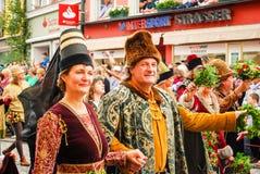 Leute in den mittelalterlichen Kostümen Stockfotografie