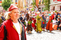 Leute in den mittelalterlichen Kostümen bewegen zu den corwds wellenartig Stockfoto