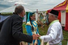 Leute in den nationalen Kostümen in der Mitte der tatarischen Kultur Stockbild