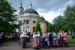Leute in den nationalen russischen Klagen tanzen Stockfoto