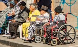 Leute in den Rollstühlen passen Parade auf Weihnachtsabend auf Stockfoto