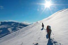 Leute in den Schneebergen Stockbild