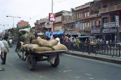 Leute in den Straßen von Indien Stockbilder