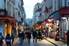 Leute in den Straßen von Paris Stockbild