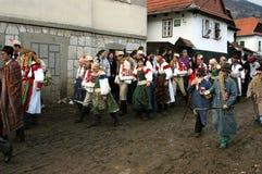 Leute in den traditionellen Kostümen den Winterkarneval feiernd Lizenzfreie Stockfotografie