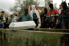 Leute in den traditionellen Kostümen den Winterkarneval feiernd Lizenzfreie Stockfotos