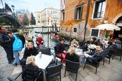 Leute an den Universitäten Ponte-engen Tals in Venedig Lizenzfreie Stockfotos