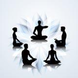 Leute in den Yogahaltungen Stockfoto