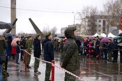 Leute am Denkmal zu den gefallenen Soldaten des Zweiten Weltkrieges Sieg an Europa-Tag - Berezniki auf 9 kann 2018 lizenzfreie stockfotos