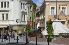 Leute in der alten Stadt in Vilnius stockfotografie