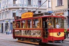 Leute in der alten Tram in der Straße von Riga in Lettland stockfotografie