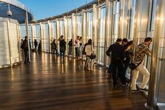 Leute an der Aussichtsplattform von Burj-Al Khalifa Lizenzfreie Stockbilder