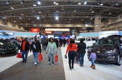 Leute an der Automobilausstellung Lizenzfreie Stockbilder