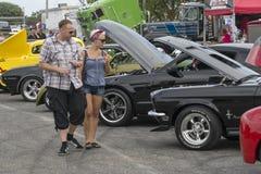 Leute an der Autoshow Lizenzfreie Stockbilder