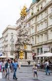 Leute an der barocken Pestsäule in Wien Stockfotografie