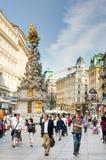 Leute an der barocken Pestsäule in Wien Lizenzfreie Stockbilder